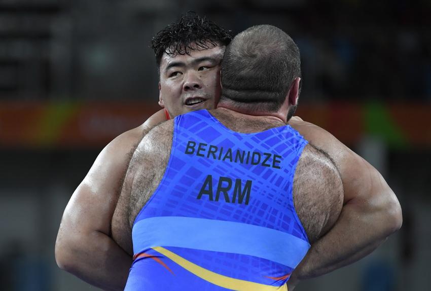 中国选手邓志伟(后)与亚美尼亚选手别里阿尼泽在比赛中