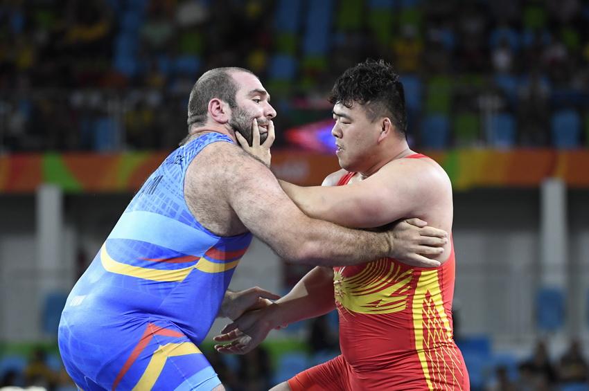 中国选手邓志伟(右)与亚美尼亚选手别里阿尼泽在比赛中