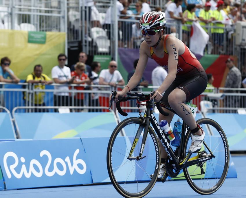中国选手王莲媛在铁人三项自行车比赛中