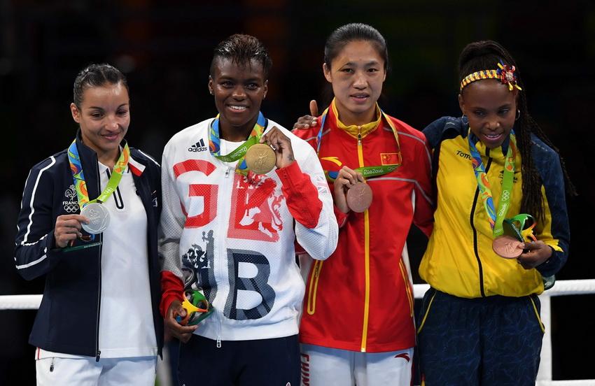 英国选手亚当斯(左二)、法国选手欧拉穆內(左一)、中国选手任灿灿(右二)和哥伦比亚选手瓦伦西亚在领奖台上