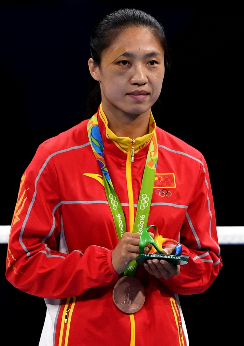 中国选手任灿灿在领奖台上