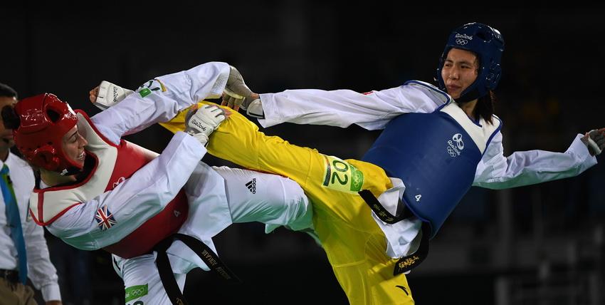 中国选手郑姝音(右)在比赛中