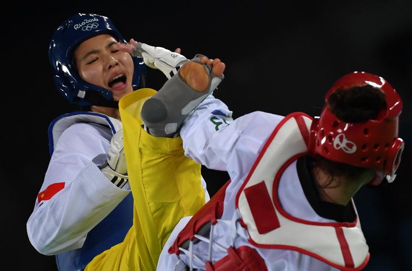 中国选手郑姝音(左)在比赛中