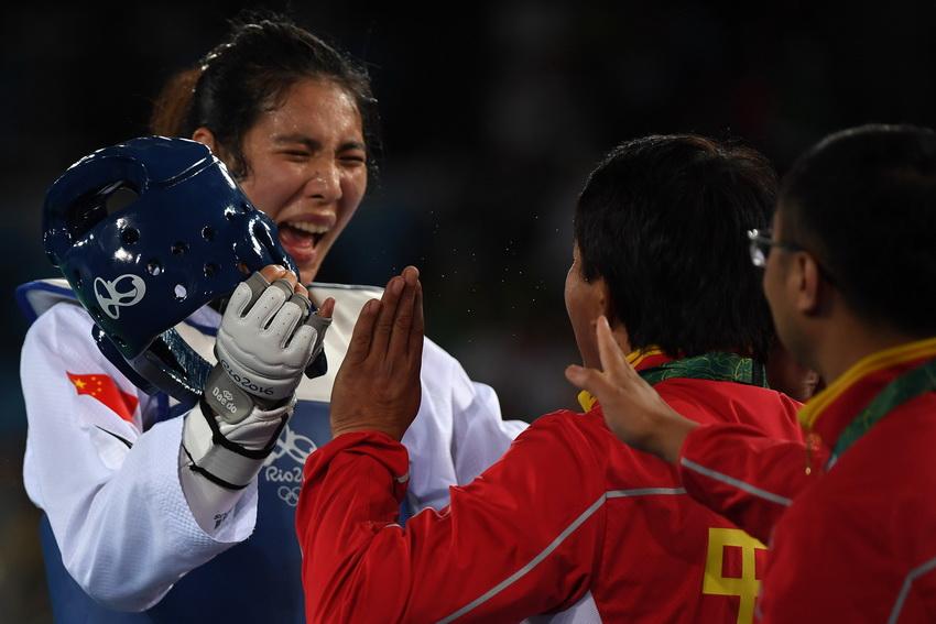 中国选手郑姝音(左)与教练庆祝胜利