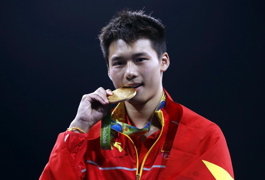 中国选手陈艾森在颁奖仪式上