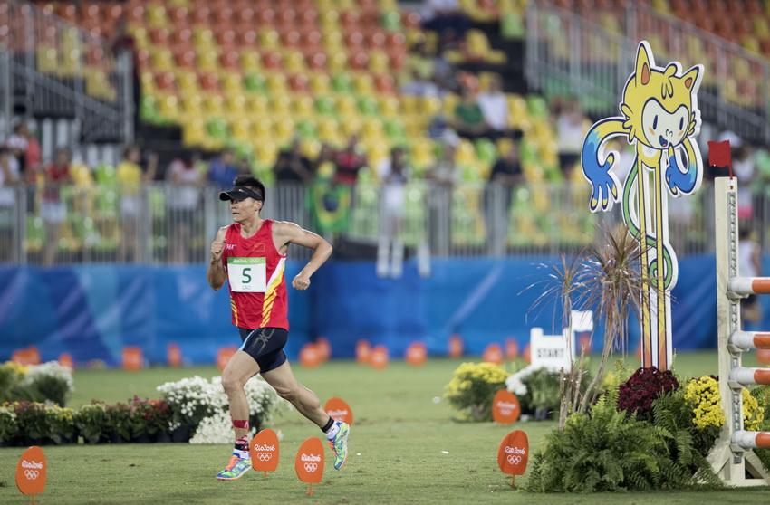 中国选手曹忠荣在男子现代五项跑射连项比赛中
