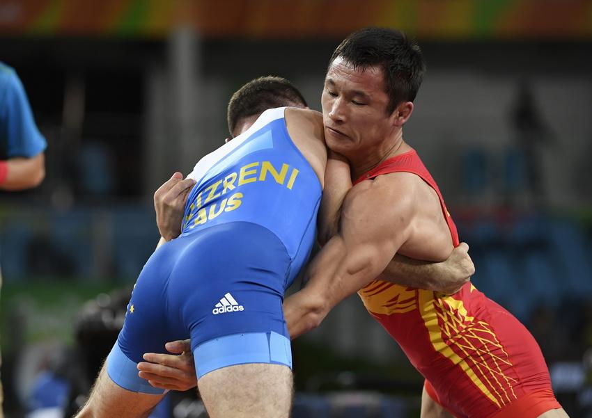 中国选手叶尔兰别克·卡泰(右)与澳大利亚选手普里兹雷尼在资格赛中