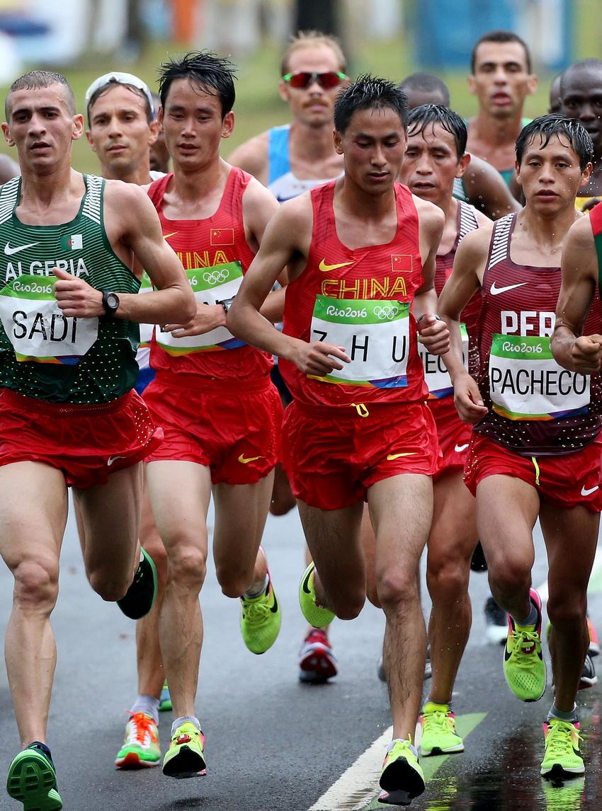 董国建(左二)、朱仁学(右二)在比赛中