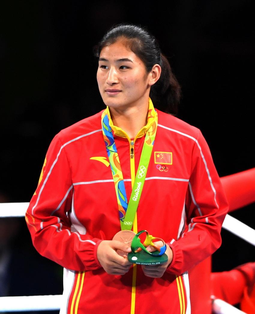 中国选手李倩在颁奖仪式上