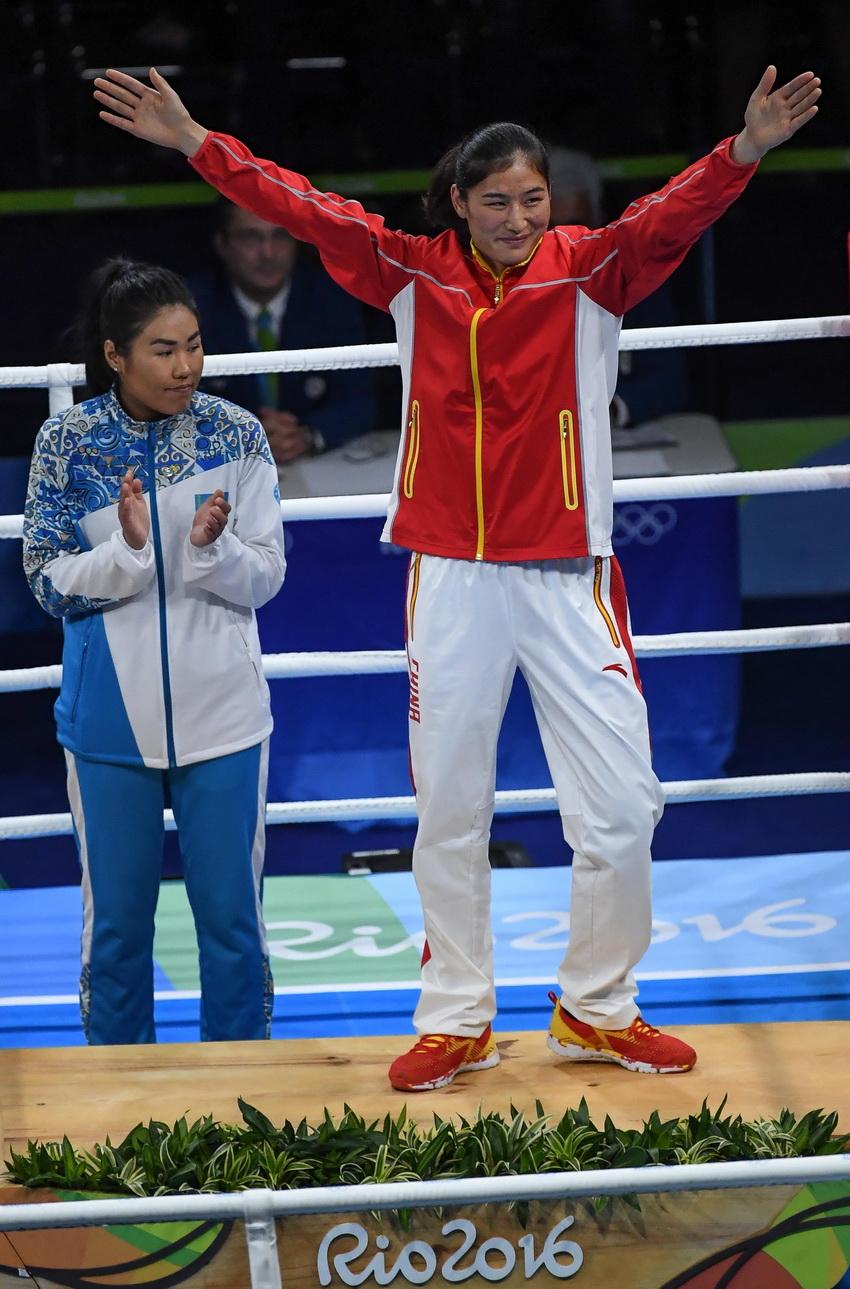 并列获得季军的中国选手李倩(右)、哈萨克斯坦选手沙基莫娃在颁奖仪式上