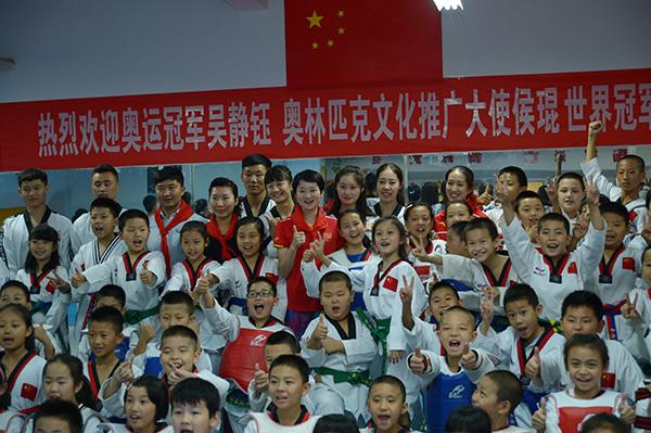 体育明星与孩子们合影