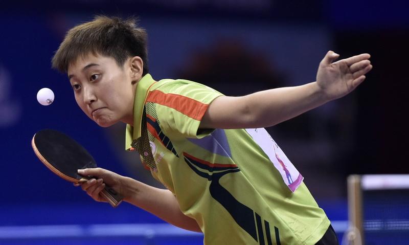 四川队选手范思琦在比赛中发球