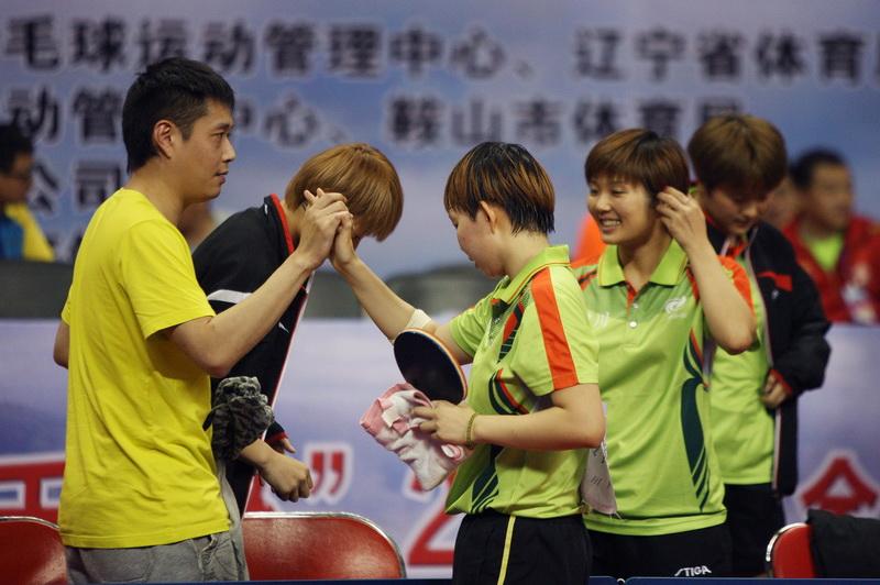 四川队选手朱雨玲(中)以3比2战胜山西队选手武杨后庆祝