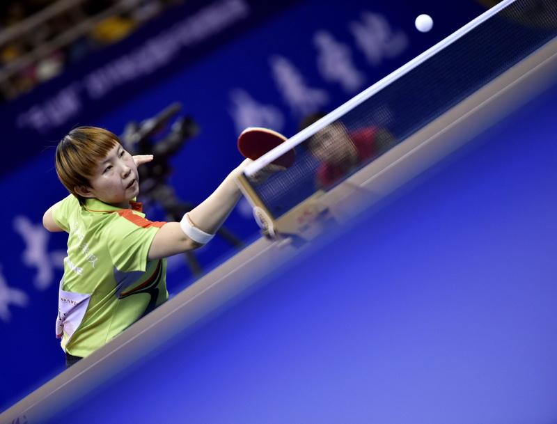 四川队选手朱雨玲在比赛中回球