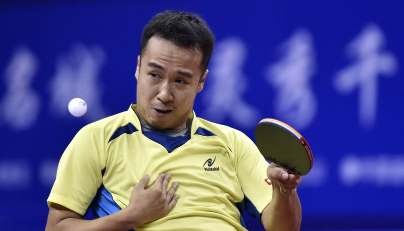 上海队选手尚坤在比赛中回球