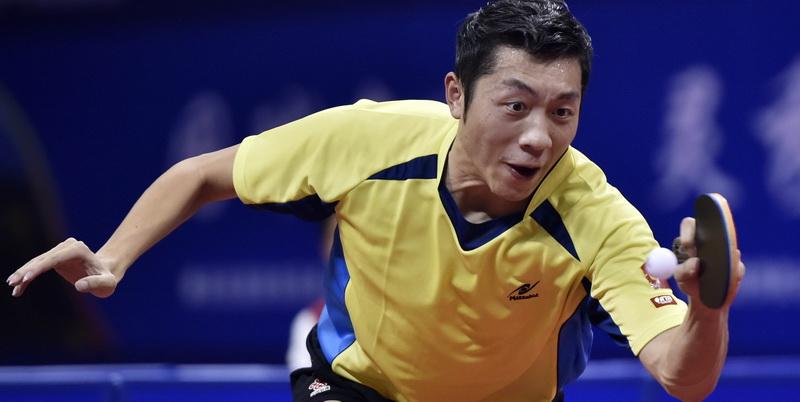 上海队选手许昕在比赛中回球