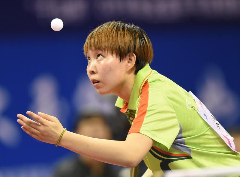 四川队选手朱雨玲在比赛中发球