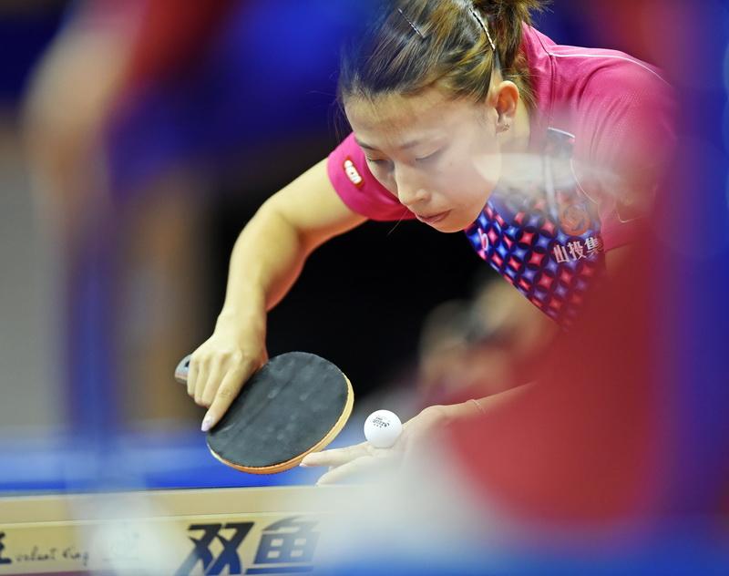 山西队选手武杨在比赛中发球