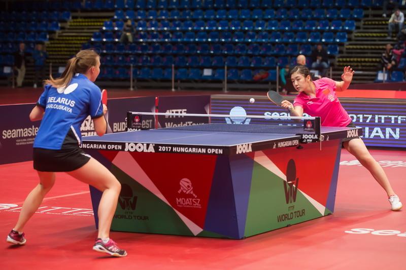 1月19日,中国选手陈梦(右)在女单首轮比赛中以4比0战胜白俄罗斯选手阿罗斯卡娅,顺利晋级