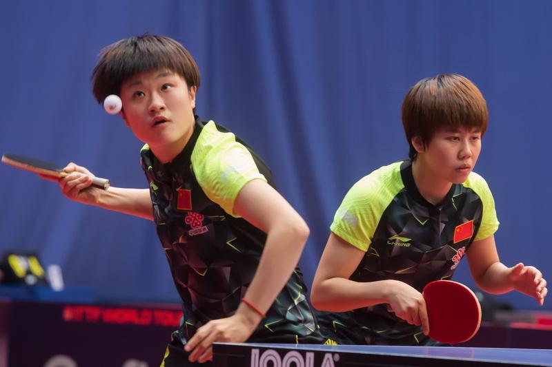 1月19日,中国选手陈幸同/李佳燚(左)在女双八分之一决赛中,她们以3比2战胜新加坡组合林叶/周一涵,顺利晋级