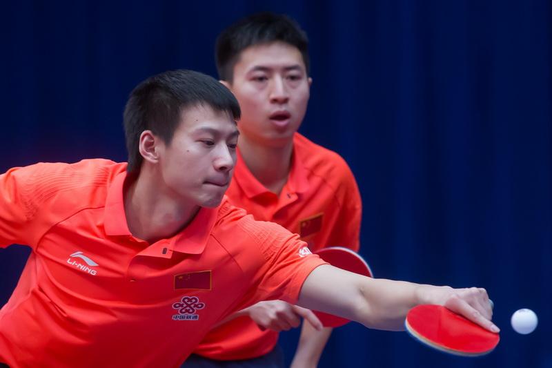 1月19日,中国选手方博/周雨(左)在男双八分之一决赛中,他们以3比0战胜尼日利亚选手阿鲁娜和埃及选手阿萨尔组合,顺利晋级