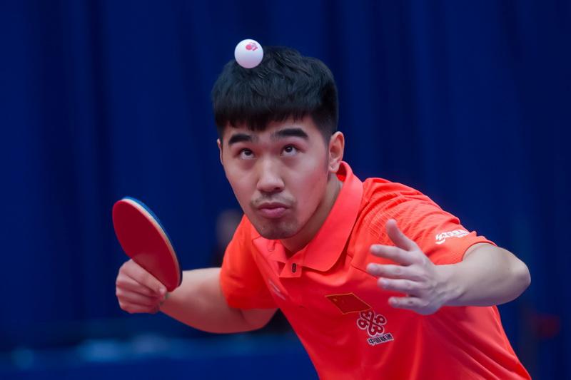 1月19日,中国选手闫安在男单首轮比赛中发球。他以4比0战胜希腊选手乔尼斯,顺利晋级