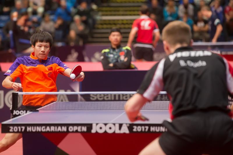 1月19日,中国选手林高远(左)与德国选手杜达在男单首轮比赛中。最终,林高远以4比0获胜,顺利晋级
