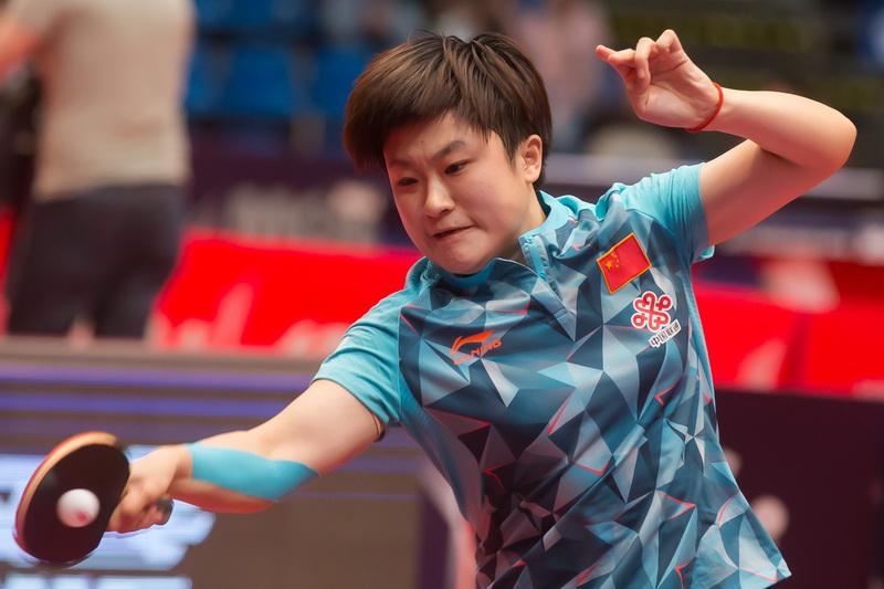 1月20日,中国选手李佳燚在比赛中回球。