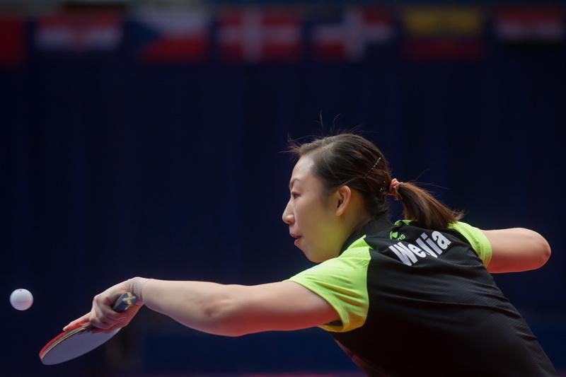 1月20日,中国选手文佳在比赛中回球。
