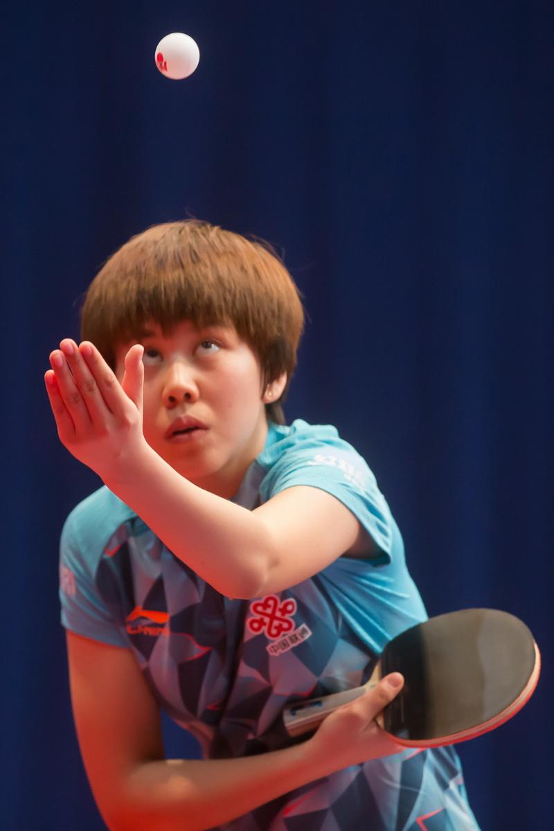 1月20日,中国选手陈幸同在比赛中发球。