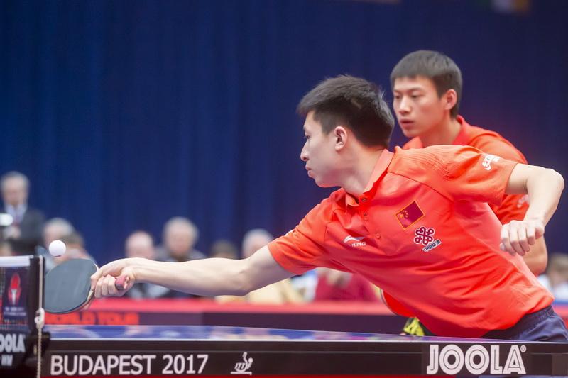 1月22日,中国选手方博(前)/周雨在比赛中。