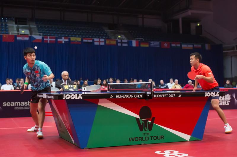 1月22日,中国选手闫安(左)和队友尚坤在比赛中。