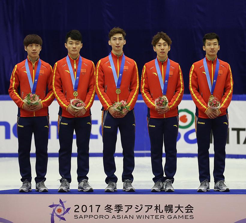 中国队选手石竟男、任子威、武大靖、韩天宇和许宏志(从左至右)在领奖台上。