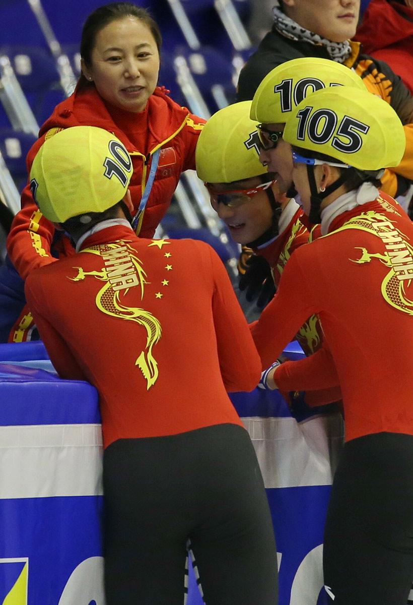 中国队教练李琰(上左)与队员们庆祝。