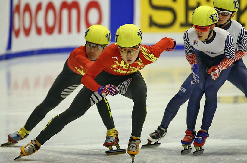 中国选手任子威(左二)在比赛中。