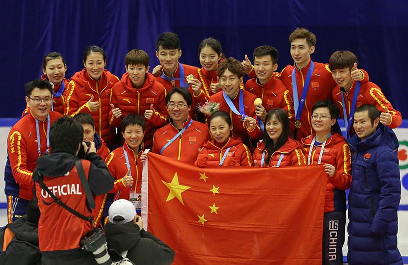 中国短道速滑队在比赛结束后合影。