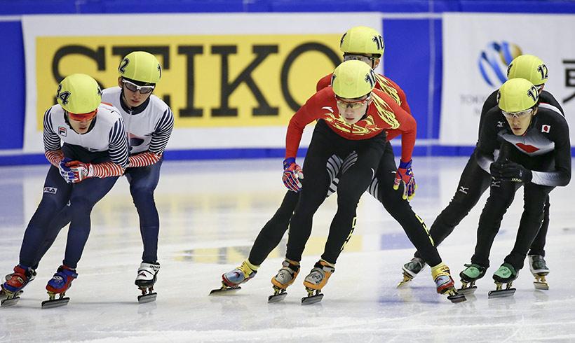 中国队选手任子威(前中)在比赛中。