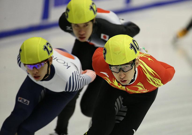 中国队选手武大靖(右)在比赛中。