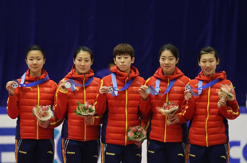 中国队选手郭奕含、林悦、范可新、曲春雨、臧一泽(从左至右)在领奖台上。