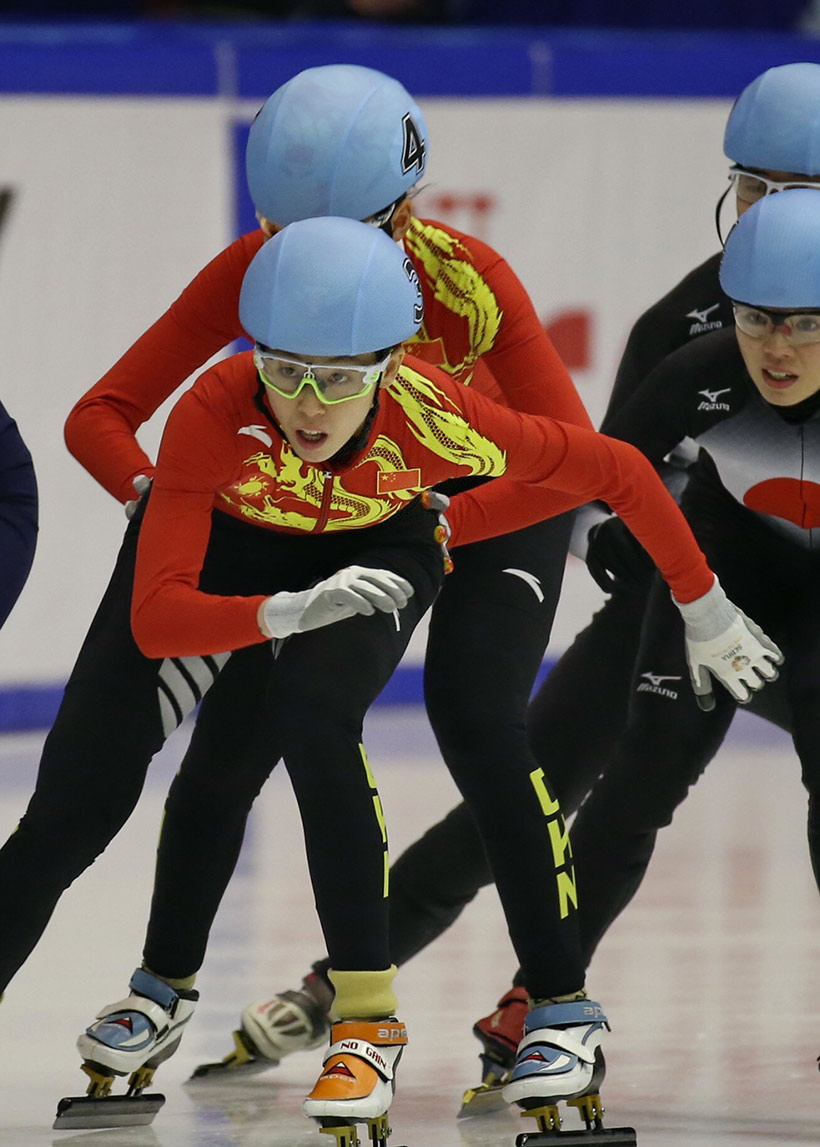 中国队选手范可欣(前左)在比赛中。