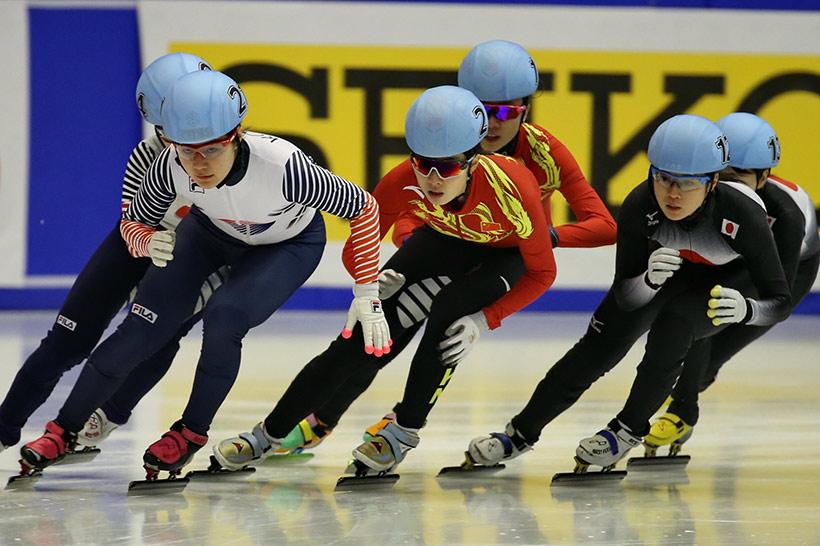 中国队选手曲春雨(前中)在比赛中。