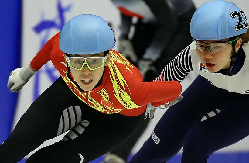 中国队选手范可欣(左)在比赛中。