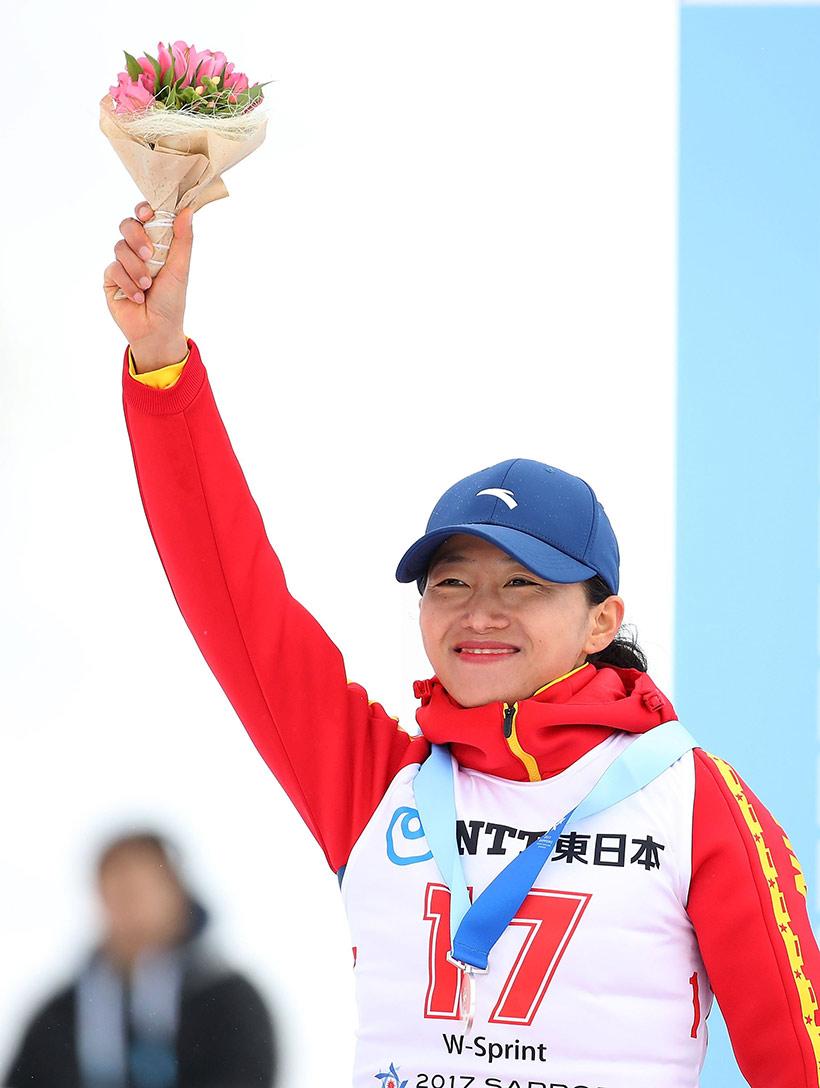 中国选手张岩在颁奖仪式上庆祝。