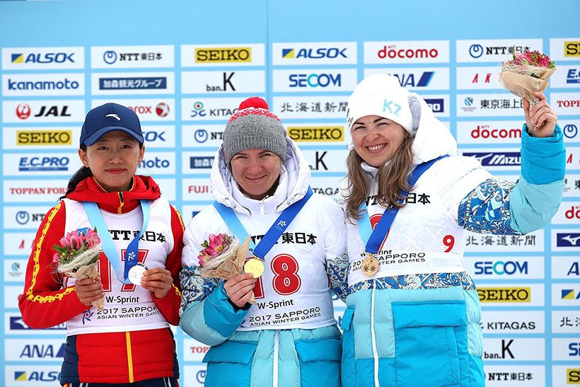 冠军哈萨克斯坦选手维什涅夫斯卡亚(中)、亚军中国选手张岩(左)、季军哈萨克斯坦选手拉伊科娃在颁奖仪式上。