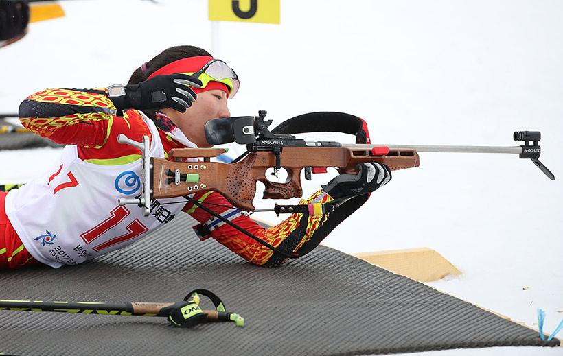 中国选手张岩在比赛中。