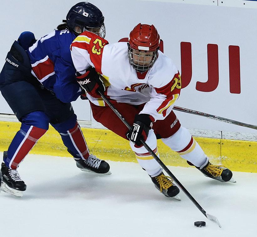 中国队球员方新(右)在比赛中拼抢。