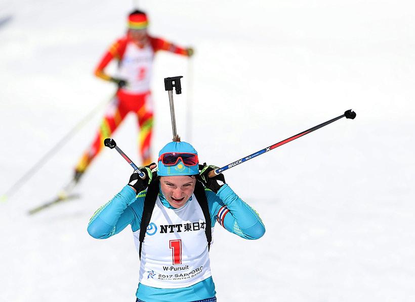 中国选手张岩(后)在比赛中。