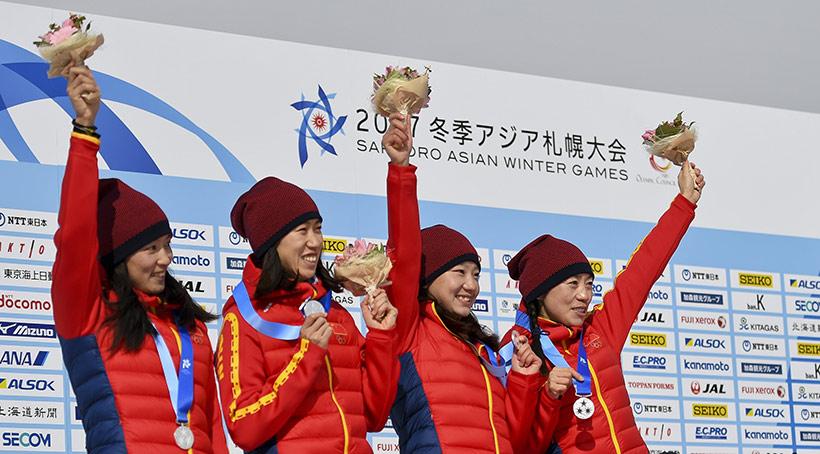 中国队选手李馨、满丹丹、池春雪和李宏雪(由左至右)在颁奖仪式上庆祝。