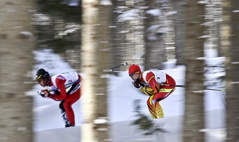 中国队选手李馨(右)在比赛中。