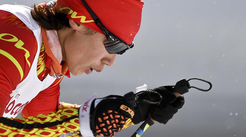 中国队选手李馨在比赛中爬坡。